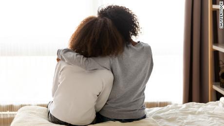 1 din 4 tineri raportează gânduri suicidare. Iată cum să vă ajutăm